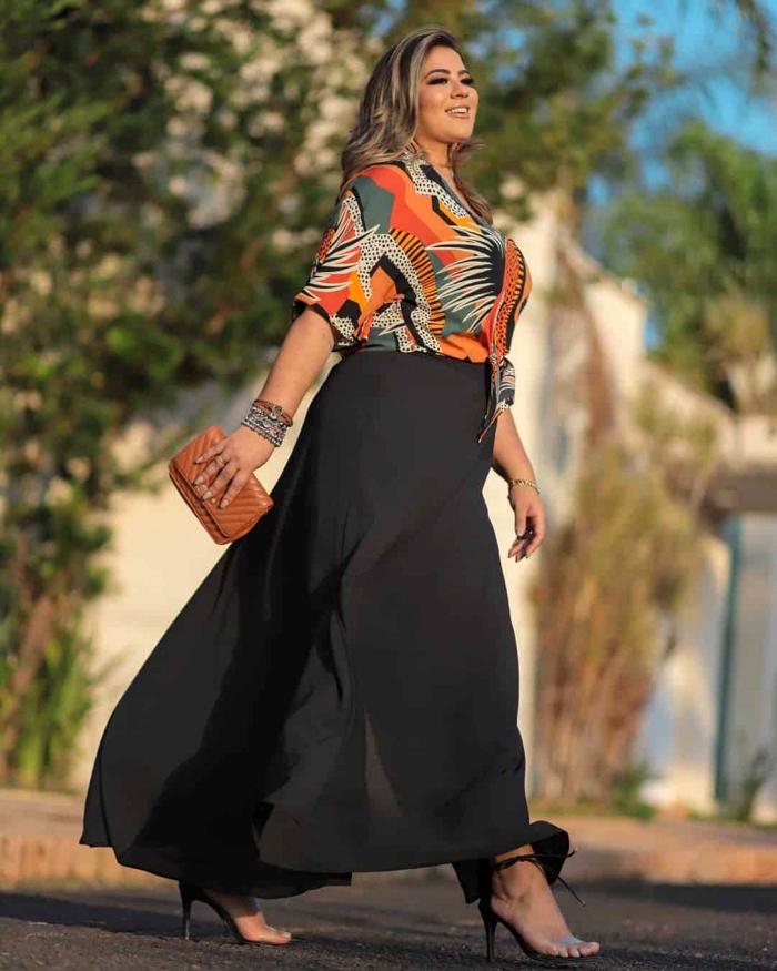 welcher haarschnitt passt zu mir, schwarzer rock, bunte bluse, kleine braune tasche, festliche mode für mollige damen