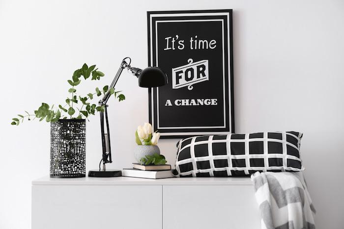 Wohnzimmer Einrichtung und Dekoration, schwarze Nachttischlampe und Vase, Deko Kissen und Sideboard