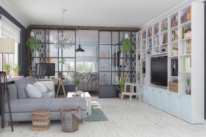 Natürlichen und klassisch-eleganten Stil kombinieren, graues Ecksofa, Holzmöbel in hellen Farben