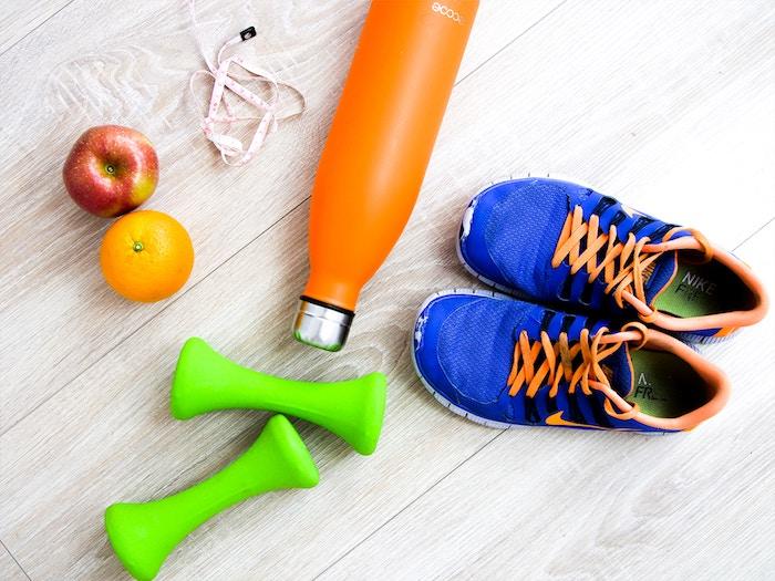 übungen für schlankes gesicht, zwei blaue schuhe für fitness