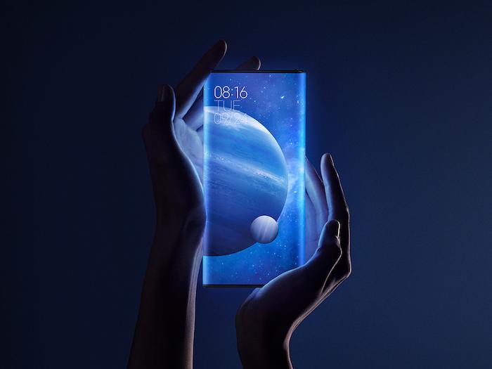 ein blaues handy xiaomi mi mix alpha mit rundum-display und bildschirm mit blauen planeten, zwei hände einer frau, das smartphone xiaomi mi mix alpha