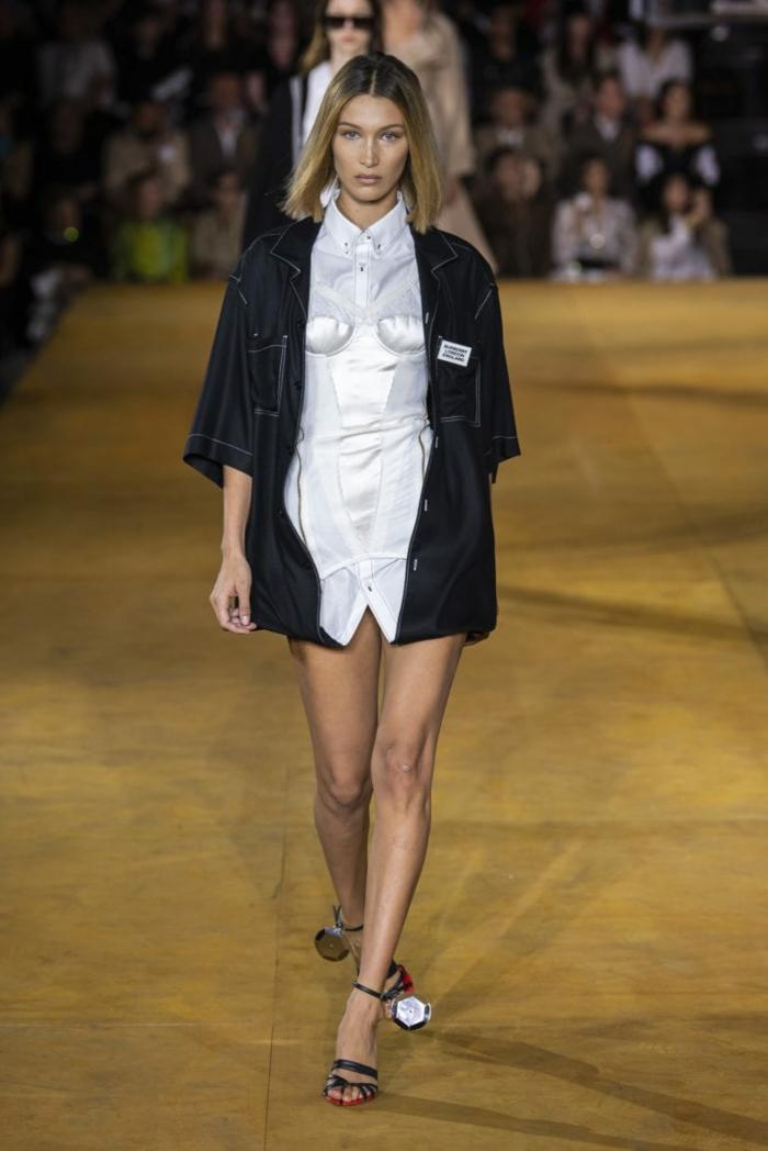 Oberwäsche, Runway Trends für Frühling 2020, ein weißes Hemd und schwarzer Mantel