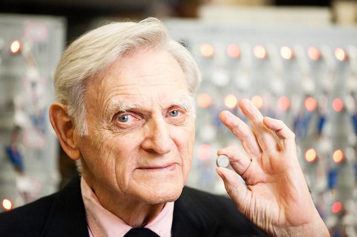 John Bannister Goodenough, ein alter mann mit einem schwarzen kostüm im labor, die nobelpreise für chemie