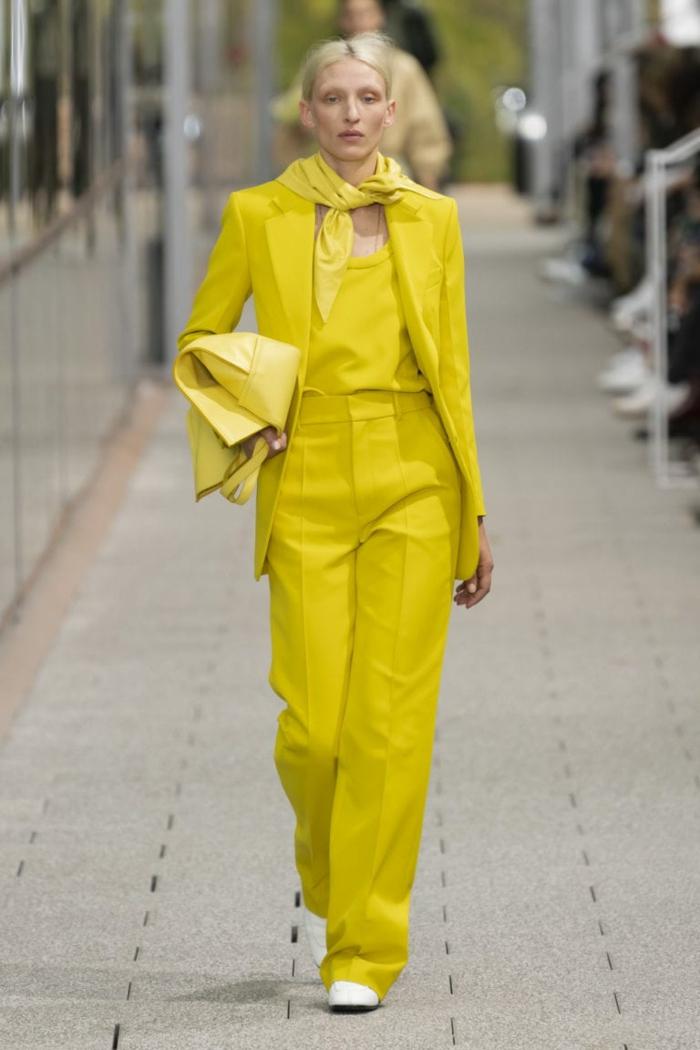 ein gelbes Outfit, Runway Trends für Frühling 2020 knallige Farben