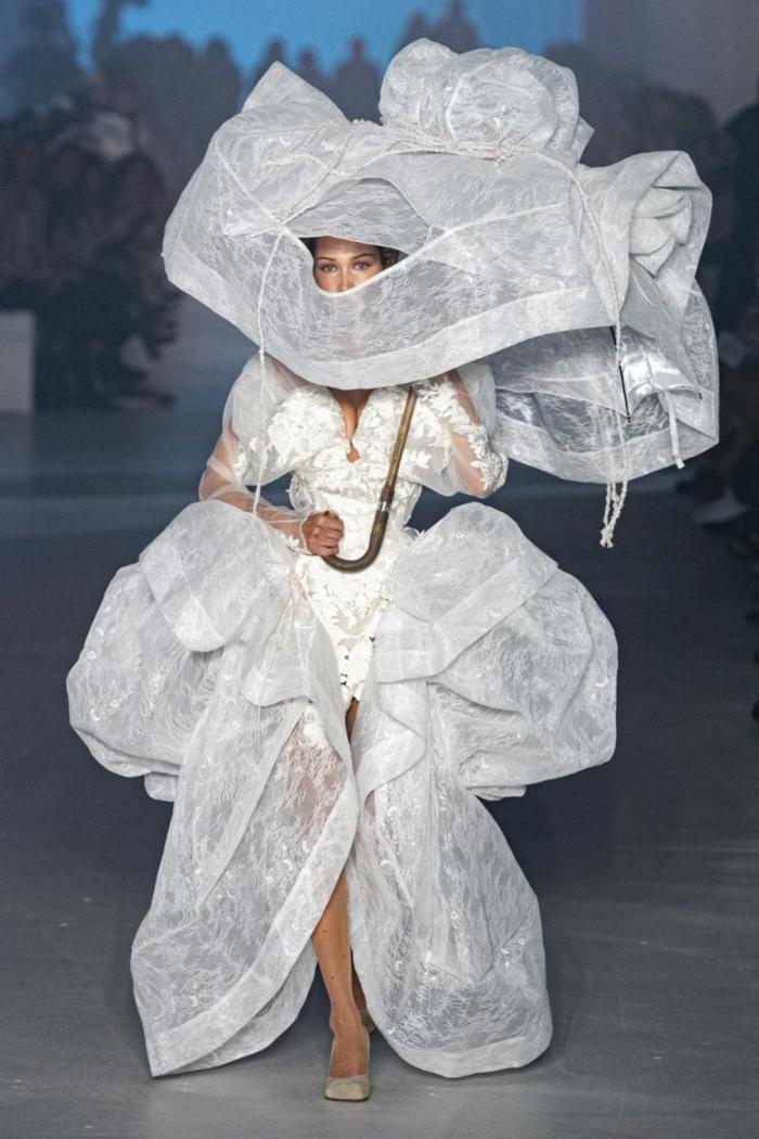 ein weißes Kleid von dem 17. Jahrhundert inspiriert, ein Sonnenschirm