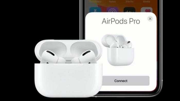 ein weißes Case, weiße AirPods, ein Smartphone mit der App zur Steuerung