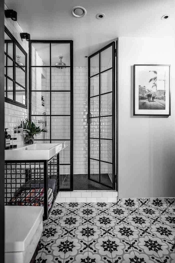 duschkabine im badezimmer mit weißen und schwarzen fliesen