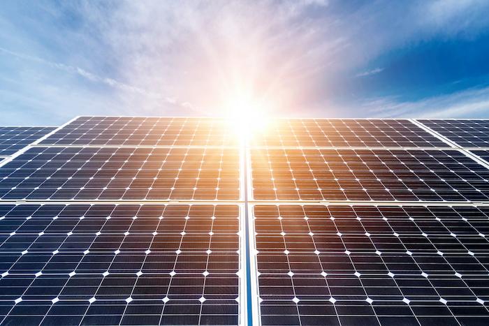ein blauer himmel und Photovoltaikanlagen, ein sonnenuntergang