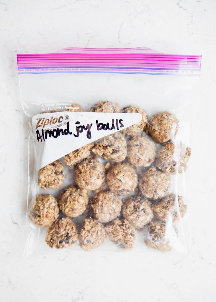 bliss balls selber machen, energiekugeln mit haferflocken und kokosöl, stillkugeln rezept einfach, no bake
