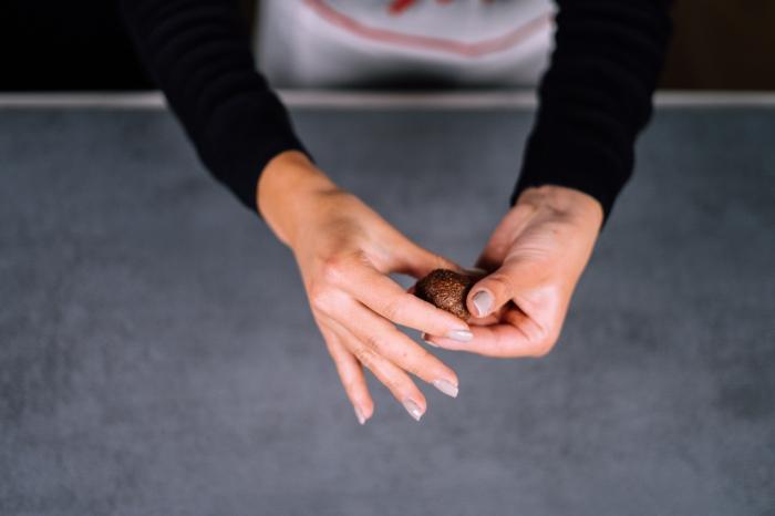 bliss bals selber machen, stillkugeln mit kakao, mandeln und datteln zubereitungsweise