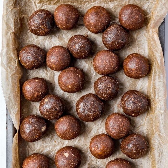 datteln rezepte, gesunde essen, energiebällchen mit kakao, nüssen und datteln, zubereitung