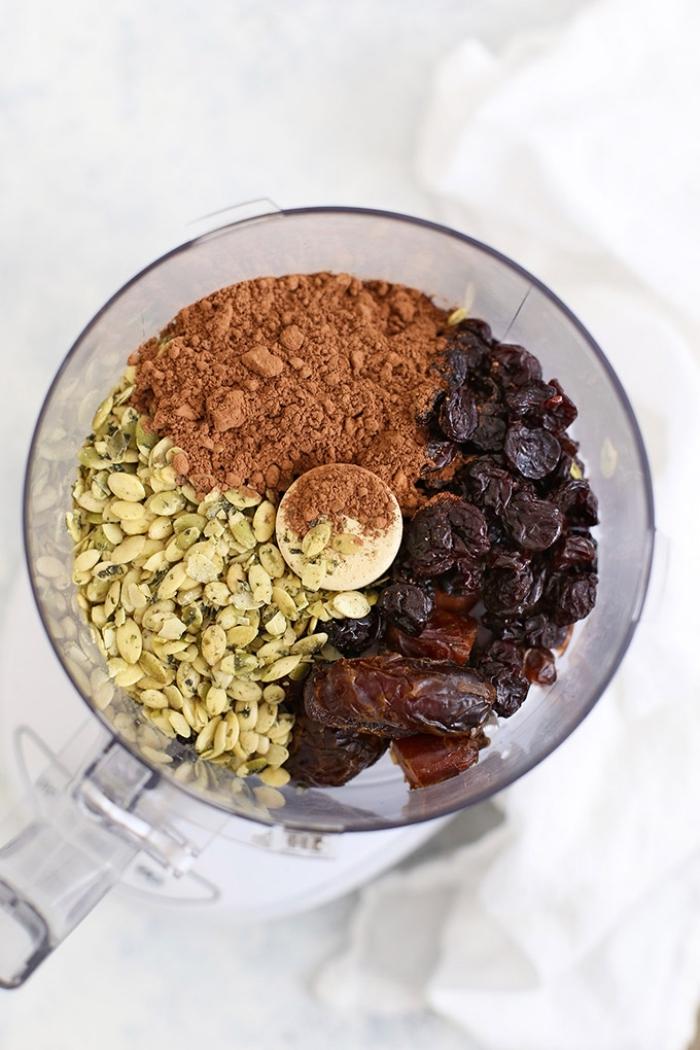 datteln rezepte, eiweißkugeln mit kürbissamen, kakao und datteln, energiekugeln