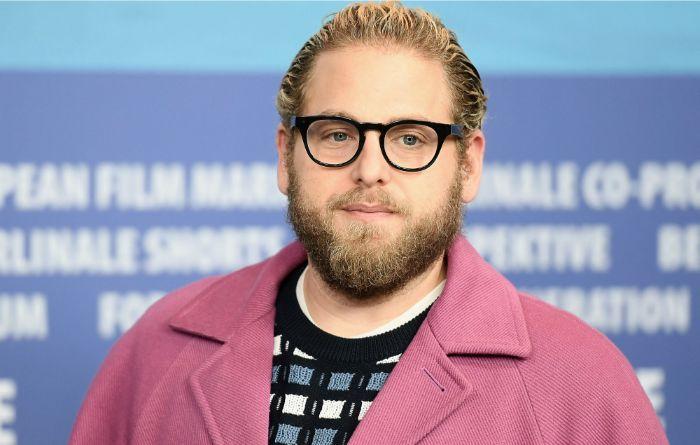 der schauspieler jonah hill, the batman, ein mann mit schwarzer brille und bart und einem pinken sako