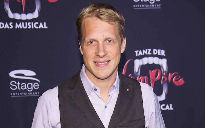 ein mann mit einem violetten hemd, der deutsche schauspieler und komiker Oliver Pocher