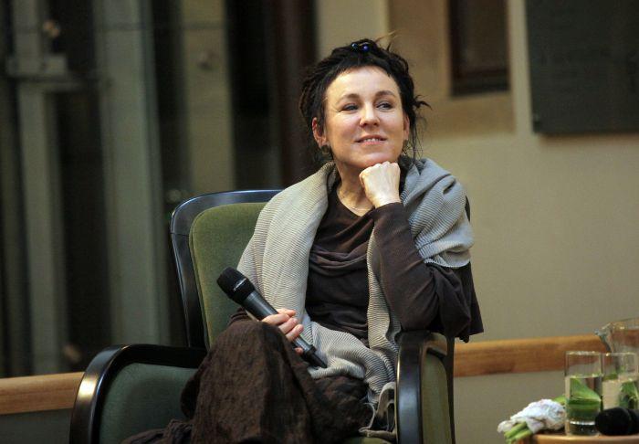 ein grüner stuhl und eine frau mit grauem schal, die polnische schriftstellerin Olga Tokarczuk , litertaurnobelpreis 2019