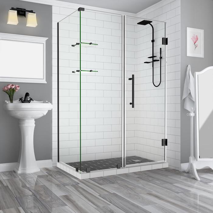 duschkabine und wände mit weißen fliesen im badezimmer