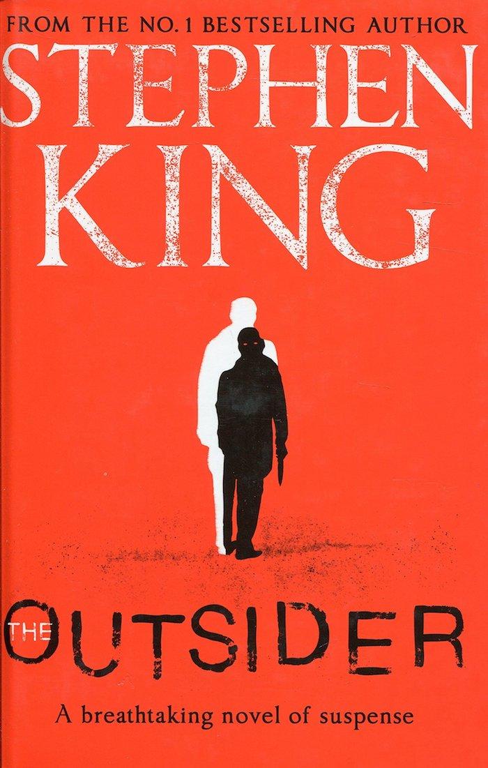 the outsider, ein buch von dem schriftsteller stephen king, ein rotes bucg, ein mann mit pistole, serie von hbo