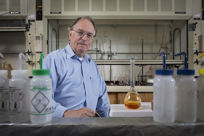 ein alter mann mit einem blauen hemd und brille in einem labor, die nobelpreise für chemie