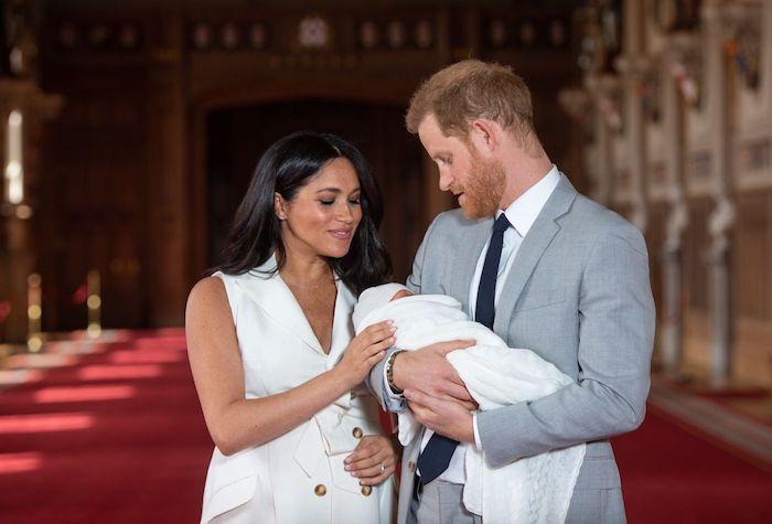 mann mit einem kleinen baby mit weißem babydecke und eine frau, prinz harry und die herzogin meghan und ihs sohn archie