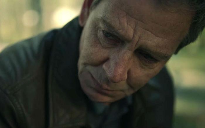 ein alter mann mit jacke, der schauspieler ben mendelsohn, eine szene aus der serie the outsider von hbo