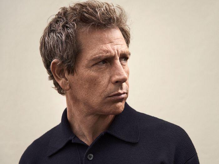 ein mann mit einem violetten hemd, der schauspieler ben mendelsohn, szene aus der kommenden serie the outsider von hbo