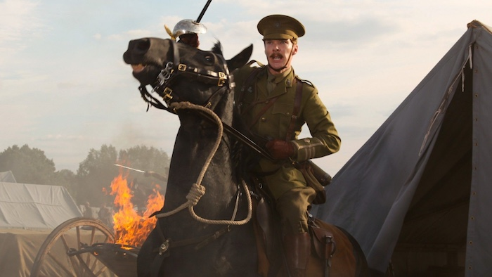 szene aus dem film 1917 von sam mendes, ein mann mit braunem pferd und feuer, ein soldat während des ersten weltkriegs