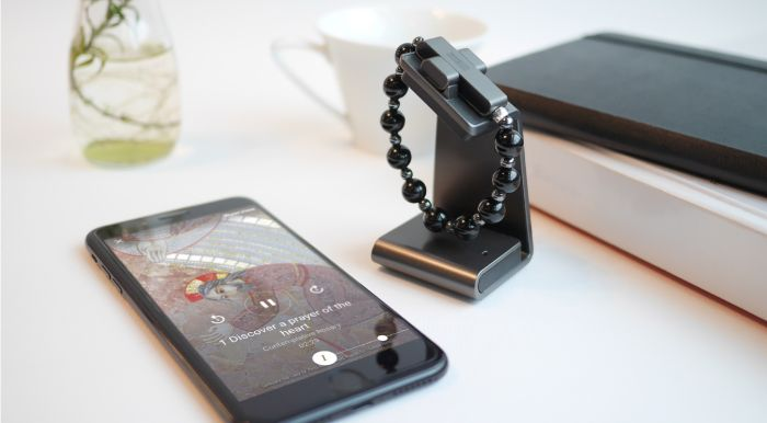der neue smarte rosenkranz click to pray vo dem vatikan mit schwarzen perlen und einem grauen kreuz