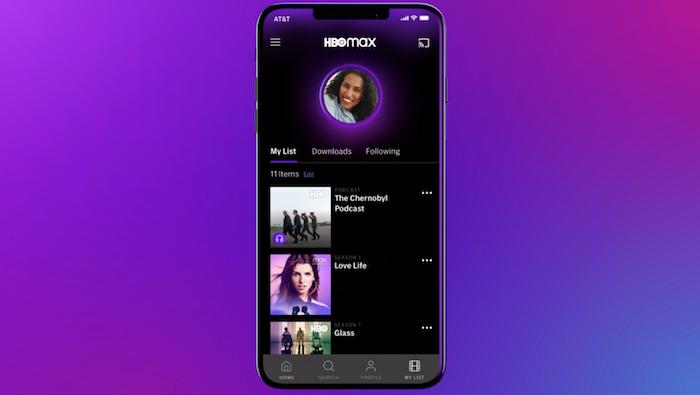 der neue streamingdienst hbo max von dem studio warner media, ein violettes kleines smartphone mit der app hbo max, der streaming dienst hbo max