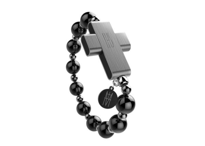 ein grauer kreuz und eine kette mit perlen, der neue smarte rosenkranz click to pray vo dem vatikan