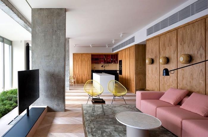 einrichtungsideen wohnzimmer, designer mäbel, rosa sofa, wände dekoriert mit holzpaneelen