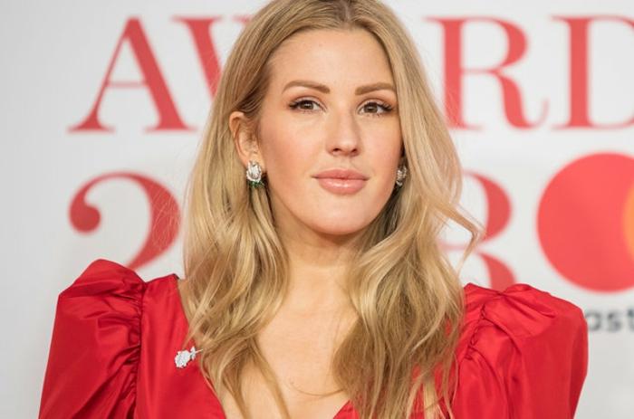 Ellie Goulding in einem roten Kleid, sie scheint alles zu haben aber sie traut sich nicht