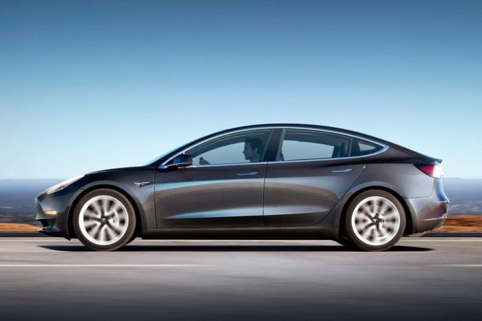 ein schwarzes Tesla Modell 3 in Bewegung, deswegen steigen Tesla Aktien
