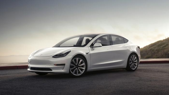 ein weißes Auto Tesla Modell 3, es hilft Tesla Aktien zu steigen