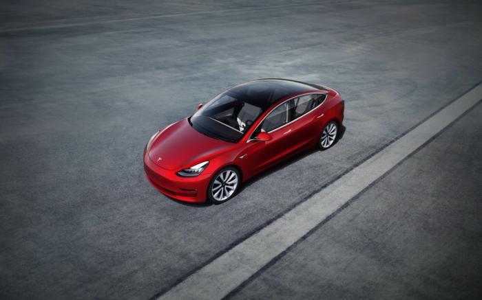 Tesla Aktien steigen wegen des Tesla Modell 3, hier in roter Farbe