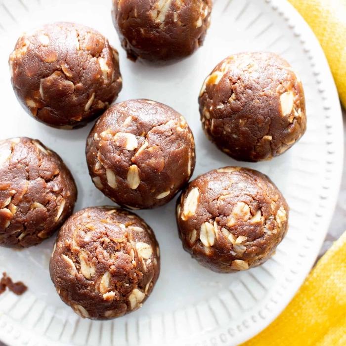 energie balls ideen und rezepte, eiweißkugeln mit erdnüssen, kakao und datteln