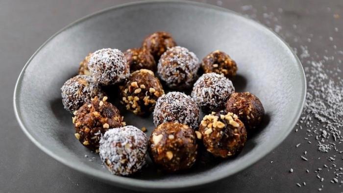 energiekugeln rezept mit kakao, nüssen und datteln, bliss balls selber machen ideen