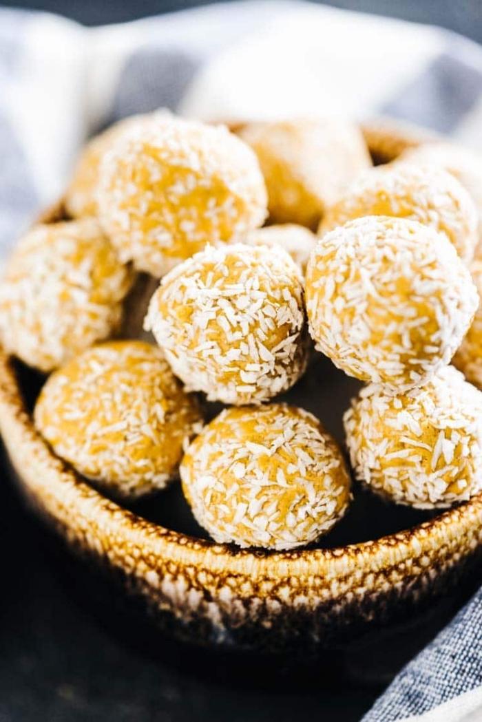 energy ball mit kokos und kürbis, energiekugeln selber machen, eiweiß rezepte