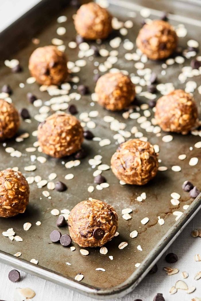 energy ball rezepte, eiweikugeln mit erdnussbutter, haferflochen und schokoaldenchips