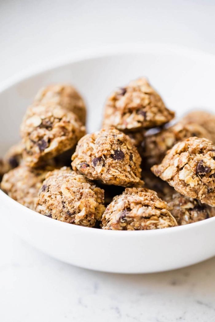 energy balls rezept, proteinbällchen mit kokos und mandeln, einfache und schnelle zubereitung
