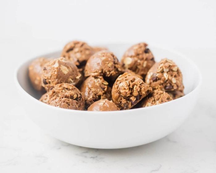 energy ball ideen, proteinkugeln mit erdnussbutter, nüssen und schokoaldenchips, eiweikugeln