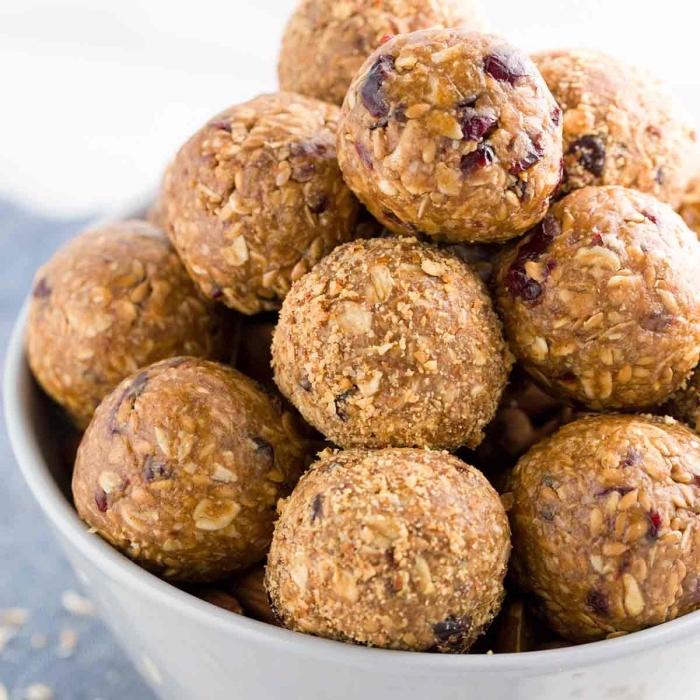 gesund essen, rohe selbstgemachte proteinbällchen mit erdnussbutter, energy balls datteln
