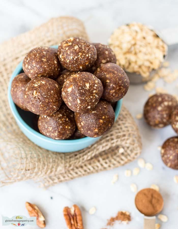 vegan energy balls datteln, proteinkugeln die ebstne rezepte, selbstgemachte eiweißkugeln mit pekannüssen