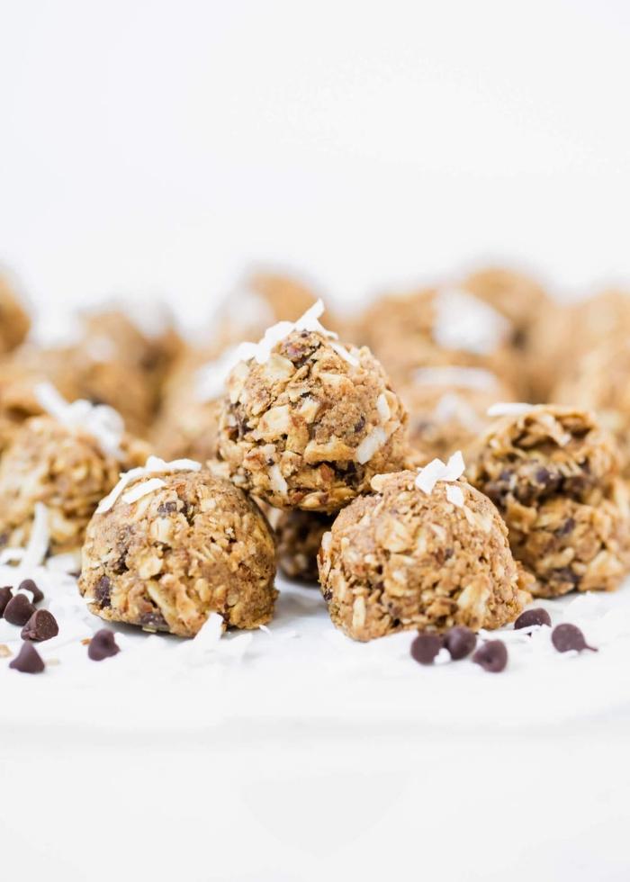 energy balls rezept, proteinkugeln mit erdnussbutter, kokos und schokoaldenchips