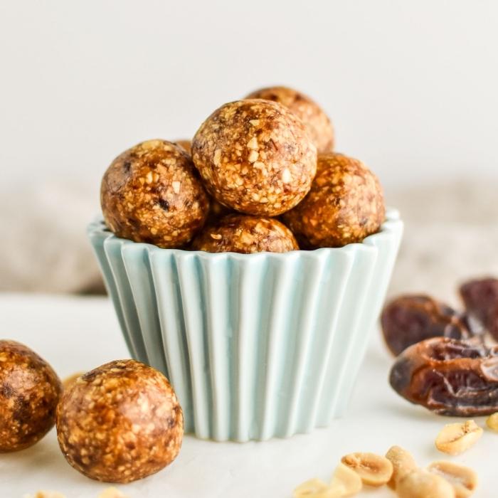 energy balls rezept mit datteln und erdnüssen, eiweißkugeln ideen, proteinbällchen