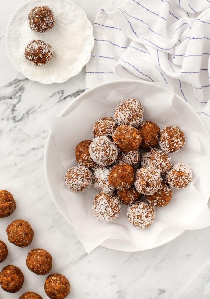 energy balls rezept, selsbtgemachte energykugeln mit karotten, datteln und kokos