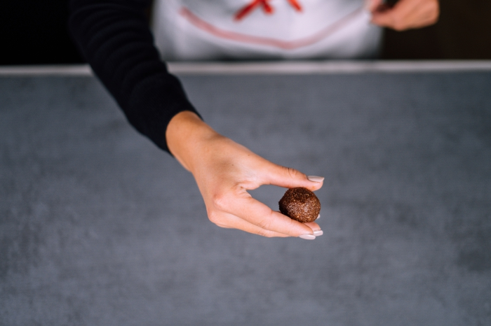 energy balls formen, bliss balls mit mandeln, kakao und datteln, energiekugeln rezept