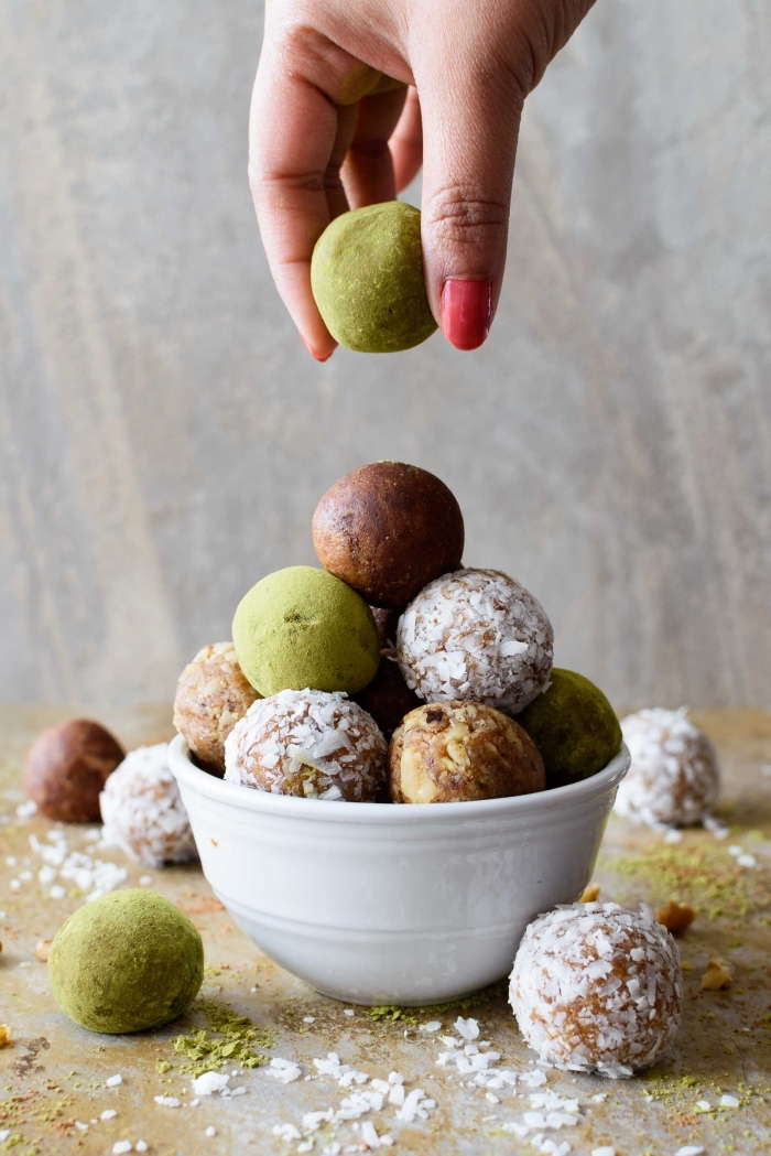 enegry balls, die besten rezepte, energiebällchen mit kakao, datteln und kokos, gesund essen