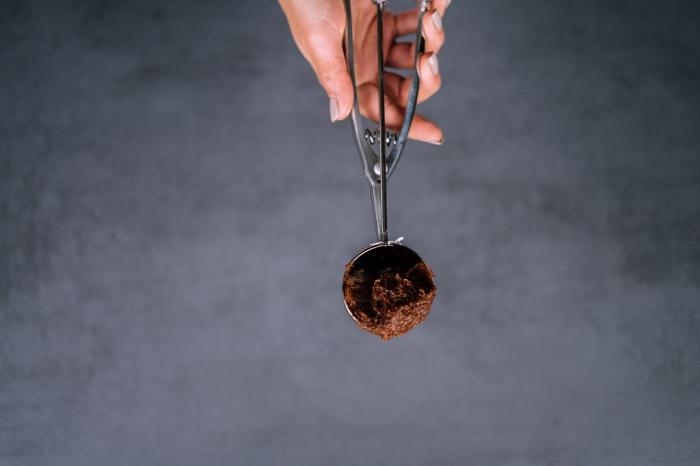 energy balls selber machen, bliss balss mit mandeln, kakao und datteln, einfaches rezept