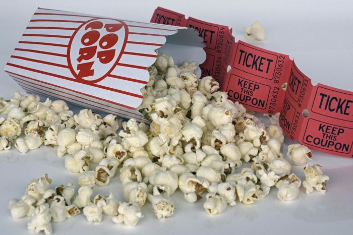 eine Schachtel Popcorn, Kinotickets, weißer Hintergrund, Google Assistant