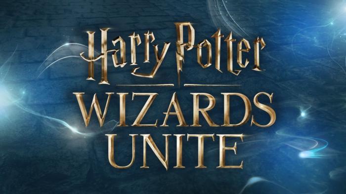 das Logo von Harry Potter: Wizards Unite und breite Lichter auf blauem Hintergrund